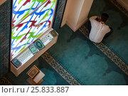Купить «Мужчина молится в мечете во время намаза», фото № 25833887, снято 26 марта 2017 г. (c) Николай Винокуров / Фотобанк Лори