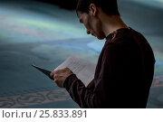 Купить «Мужчина читает священную книгу Коран в молельном зале Московской соборной мечети, Россия», фото № 25833891, снято 26 марта 2017 г. (c) Николай Винокуров / Фотобанк Лори