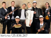 Купить «Music band of eight young people in white and black clothes pose in studio», фото № 25836267, снято 9 февраля 2016 г. (c) Losevsky Pavel / Фотобанк Лори