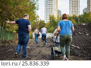 Купить «MOSCOW, RUSSIA - SEP 18, 2015: Group of residents of Losiniy Ostrov district at area of illegal base for processing and sorting of construction waste», фото № 25836339, снято 18 сентября 2015 г. (c) Losevsky Pavel / Фотобанк Лори