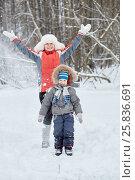 Купить «Mother and little son stand under snow powder in winter park», фото № 25836691, снято 25 января 2015 г. (c) Losevsky Pavel / Фотобанк Лори
