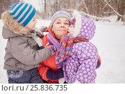 Купить «Happy mother with two children in snowy winter park», фото № 25836735, снято 25 января 2015 г. (c) Losevsky Pavel / Фотобанк Лори