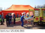 Купить «MOSCOW - APR 28, 2015: Victim assistance on the sorting site in the field hospital. Taktiko-specific exercises in the stadium Burevestnik», фото № 25836983, снято 28 апреля 2015 г. (c) Losevsky Pavel / Фотобанк Лори