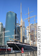 Купить «NEW YORK, USA - SEP 07, 2014: Peking Museum Ship on the pier before the skyscrapers in the South Street Seaport», фото № 25837371, снято 7 сентября 2014 г. (c) Losevsky Pavel / Фотобанк Лори