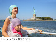 Купить «Portrait of mother with daughter on a boat in front of the famous Statue of Liberty in New York», фото № 25837403, снято 7 сентября 2014 г. (c) Losevsky Pavel / Фотобанк Лори