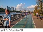 Купить «MOSCOW, RUSSIA - AUG 16, 2014: View roller skating people on Luzhnetskaya quay», фото № 25837691, снято 16 августа 2014 г. (c) Losevsky Pavel / Фотобанк Лори