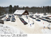 Купить «MOSCOW REGION, RUSSIA - DEC 28, 2014: Car parking and chalet at Sports complex Stepanovo. Sports complex Stepanovo is located 50 km from Moscow.», фото № 25838691, снято 28 декабря 2014 г. (c) Losevsky Pavel / Фотобанк Лори