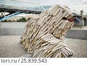 Купить «MOSCOW, RUSSIA - JUN 29, 2015: Unique wooden sculpture of a dog breed Komondor by Gabor Miklos Szoke, internationally known sculptor, on Pushkinskaya Embankment in Gorky Park», фото № 25839543, снято 29 июня 2015 г. (c) Losevsky Pavel / Фотобанк Лори