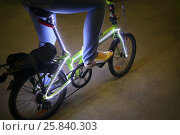 Купить «Female feet pedal bicycle with backlight in the dark», фото № 25840303, снято 11 июля 2015 г. (c) Losevsky Pavel / Фотобанк Лори