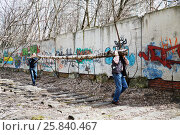 Купить «MOSCOW, RUSSIA - APR 18, 2015: People carry tree trunk during cleaning works at Elk Island residential complex. More than 2.5 million people participate in annual voluntary Saturday work in Moscow.», фото № 25840467, снято 18 апреля 2015 г. (c) Losevsky Pavel / Фотобанк Лори