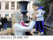 MOSCOW - SEP 5, 2015: Mother and little kid (with model releases) on walk in day of Moscow city in 2015, evening. Редакционное фото, фотограф Losevsky Pavel / Фотобанк Лори