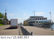 White ship near North River Station in Moscow, Russia at summer sunny day (2015 год). Стоковое фото, фотограф Losevsky Pavel / Фотобанк Лори