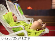 Купить «Little boy in a green towel sitting cross-legged on a lounger in the sauna», фото № 25841219, снято 28 февраля 2015 г. (c) Losevsky Pavel / Фотобанк Лори