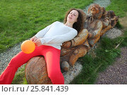 Woman with balloons and wooden characters from the fairy tale Turnip in Russian park (2015 год). Редакционное фото, фотограф Losevsky Pavel / Фотобанк Лори