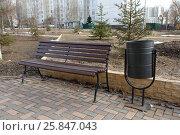 Купить «Скамейка стоит в парке рядом с урной», фото № 25847043, снято 26 марта 2017 г. (c) Акоп Васильян / Фотобанк Лори