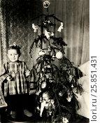 Девочка у новогодней ёлки 1951 год (2016 год). Редакционное фото, фотограф Михаил Хорошкин / Фотобанк Лори