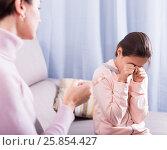 Купить «Mother reprimands her daughter», фото № 25854427, снято 26 марта 2019 г. (c) Яков Филимонов / Фотобанк Лори