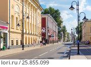View of Pyatnitskaya street in Moscow with restavrated historical buildings (2016 год). Редакционное фото, фотограф Юрий Губин / Фотобанк Лори