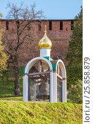 Колокол на фоне кремлевской стены в Нижегородском кремле летом (2012 год). Редакционное фото, фотограф Дмитрий Тищенко / Фотобанк Лори