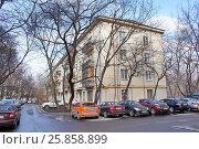 Купить «Москва, улица Гримау дом 16 - самая первая Хрущёвка», фото № 25858899, снято 22 марта 2017 г. (c) Павел Москаленко / Фотобанк Лори