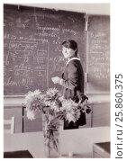 Купить «Школьница-десятиклассница стоит на перемене у классной доски, исписанной мелом (1985 год), Сенно, Беларусь», фото № 25860375, снято 22 ноября 2019 г. (c) Ольга Коцюба / Фотобанк Лори