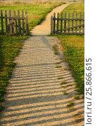 Купить «Тропинка через калитку», фото № 25866615, снято 27 августа 2015 г. (c) Владимир Раббе / Фотобанк Лори