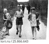 Дети, возвращающиеся с купания. Военный городок. Конец 60-х годов. Редакционное фото, фотограф Ирина Быстрова / Фотобанк Лори