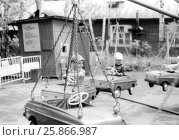 Дети на карусели в парке культуры и отдыха. Начало 80-х годов. Редакционное фото, фотограф Ирина Быстрова / Фотобанк Лори