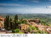 Вид на средневековый городок МонтальчиноЮ Тоскана, Италия (2014 год). Редакционное фото, фотограф Наталья Волкова / Фотобанк Лори
