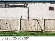 Купить «Old Wooden fence and barbed wire», фото № 25869591, снято 23 апреля 2019 г. (c) age Fotostock / Фотобанк Лори