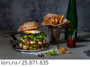 Купить «Foodporn Beef Burger, Junk Food», фото № 25871835, снято 28 февраля 2017 г. (c) Татьяна Ворона / Фотобанк Лори