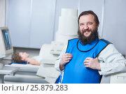 Купить «Radiology specialist portrait. Smiling male radiologist in protective wear», фото № 25879283, снято 16 февраля 2017 г. (c) Дмитрий Калиновский / Фотобанк Лори