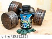 Купить «Гантели и спортивные витамины для мужчин», фото № 25882831, снято 2 апреля 2017 г. (c) Сергей Тагиров / Фотобанк Лори