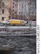 Купить «Желтый автобус», фото № 25883007, снято 26 ноября 2016 г. (c) Владимир Попков / Фотобанк Лори