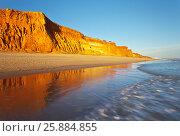 Купить «Португалия. Песчаный пляж Фалезии - один из самых красивых на побережье Алгарве. Терракотовые скалы на закате отражаются в синей воде», фото № 25884855, снято 25 сентября 2012 г. (c) Виктория Катьянова / Фотобанк Лори