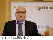 """BMF dialog """"Single supervisiory mechanism (SSM) with Steffen Kampeter, Parliamentary State Secretary at the Federal Ministry of Finance, and Danièle Nouy... Стоковое фото, фотограф Zoonar/Reynaldo Paga / age Fotostock / Фотобанк Лори"""