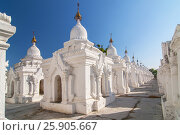 Купить «Kuthodaw Pagoda contains the worlds biggest book. There are 729 white stupas with caves with a marble slab inside - page with buddhist inscription. Mandalay, Myanmar.», фото № 25905667, снято 17 сентября 2019 г. (c) BE&W Photo / Фотобанк Лори