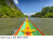 Colourful long tail boat on the Nam Song River, Vang Vieng, Laos. Стоковое фото, агентство BE&W Photo / Фотобанк Лори