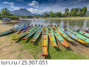 Long tail boats on Song river in Vang Vieng, Laos. Стоковое фото, агентство BE&W Photo / Фотобанк Лори