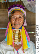Купить «Woman from the Padaung long neck hill tribe, Tha Ton, Chiang Mai Province, Thailand», фото № 25907279, снято 27 мая 2019 г. (c) BE&W Photo / Фотобанк Лори