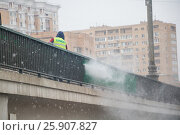 Сотрудник ГОРМОСТ моет ограду на мосту (2016 год). Редакционное фото, фотограф Краснова Ирина / Фотобанк Лори