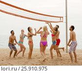 Купить «Friends playing volleyball», фото № 25910975, снято 15 октября 2018 г. (c) Яков Филимонов / Фотобанк Лори