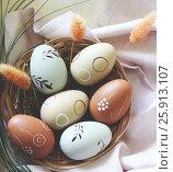 Пасхальные яйца в корзинке на салфетке. Стоковое фото, фотограф Галина Жигалова / Фотобанк Лори