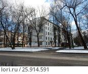 Купить «Пятиэтажный четырёхподъездный блочный жилой дом серии 1-510, построен в 1964 году. 3-я Прядильная улица, 14, корпус 1. Район Измайлово. Москва», эксклюзивное фото № 25914591, снято 1 апреля 2017 г. (c) lana1501 / Фотобанк Лори