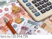 Купить «Калькулятор и российские деньги», эксклюзивное фото № 25914735, снято 6 апреля 2017 г. (c) Юрий Морозов / Фотобанк Лори