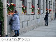 Купить «Женщина ставит свечу жертвам теракта 3 Апреля 2016 года в метро Технологический институ. Санкт-Петербург, Россия, 2017-04-06.», фото № 25915035, снято 6 апреля 2017 г. (c) Максим Мицун / Фотобанк Лори