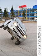 Купить «Два автомобиля едут на двух колёсах на фоне магазина Карусель», фото № 25926823, снято 7 апреля 2017 г. (c) Максим Мицун / Фотобанк Лори