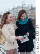 Купить «Две женщины смотрят журнал и смеются на фоне исторических тюменских зданий», эксклюзивное фото № 25933427, снято 6 апреля 2017 г. (c) Землянникова Вероника / Фотобанк Лори