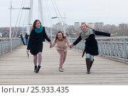Купить «Три веселые девушки смеются на улице», эксклюзивное фото № 25933435, снято 6 апреля 2017 г. (c) Землянникова Вероника / Фотобанк Лори