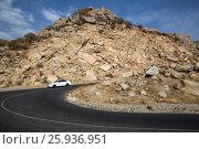 Купить «Крутой поворот на горной дороге. Серпантин», фото № 25936951, снято 16 октября 2016 г. (c) Юлия Бабкина / Фотобанк Лори